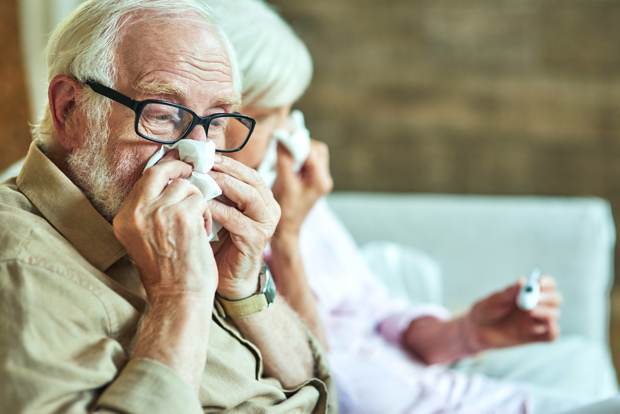 male retiree using paper napkins for a cold - ASSIN Brasil
